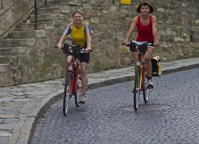 רוכבות במהלך טיול האופניים על הדנובה, מפסאו לוינה