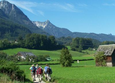 קבוצת מטיילים באגמי אוסטריה
