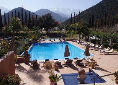 הבריכה במלון במרקש בטיול אופניים בהרי האטלס