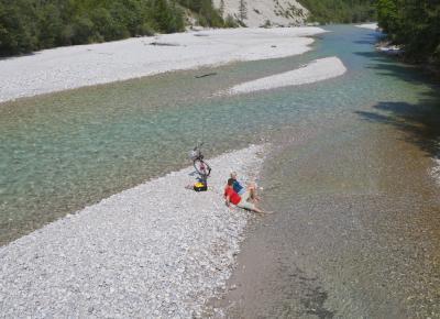 זוג נח ליד גדת האגם