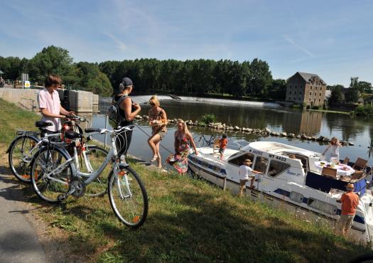 מטיילים מתארגנים לרכיבת אופניים