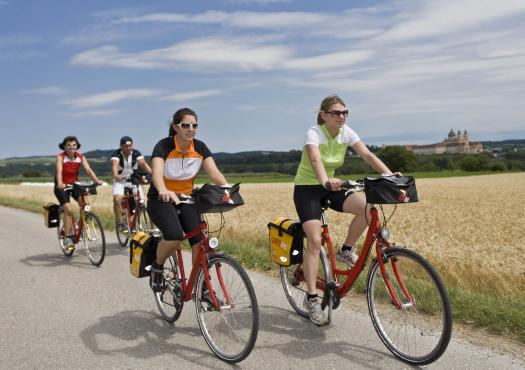 קבוצה של רוכבי אופניים על רקע מנזר מלק
