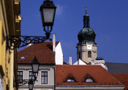 גגות העיר גיור שבצפון הונגריה, מאוכף האופניים