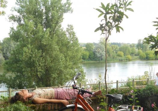 צעירה נחה לצד נהר אנדרה