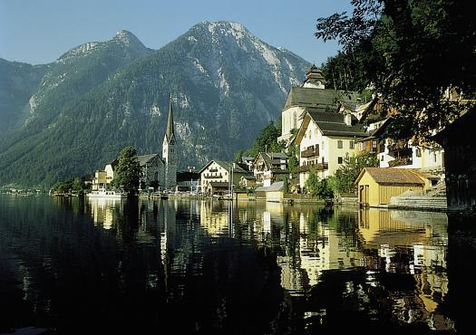 העיירה הציורית מונדזי על שפת האגם, במבט מכסא האופניים
