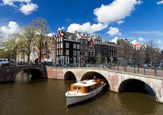 ספינה בתעלה באמסטרדם