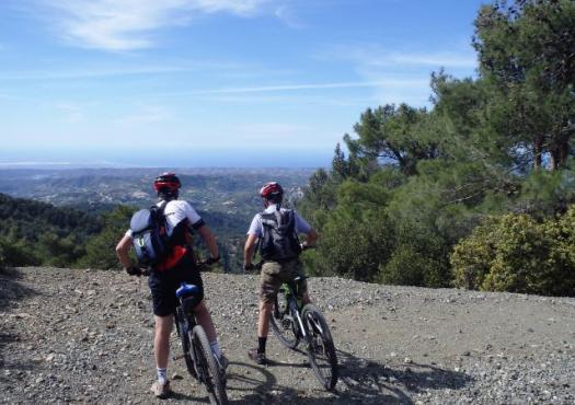 רוכבים מתבוננים על הנוף מהרי הטרודוס