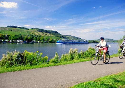 רוכבי אופניים על גדות המוזל מטרייר לקובלנץ