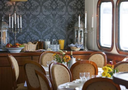 חדר האוכל בספינת השייט