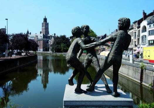פסל על הנהר