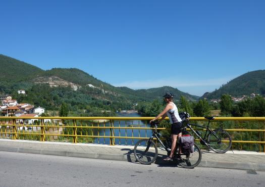 רוכבת אופניים לצד נהר מונדגו