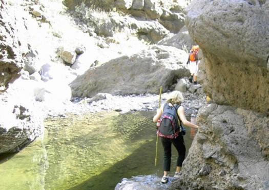 מטיילית ליד מעניין בין סלעים