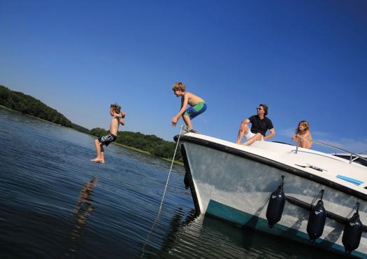 ילדים קופצים מהסירה למים