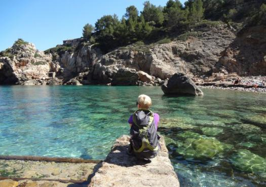 אישה במפרץ על המים