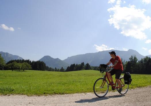 אדם רוכב בטבע, אגמי מינכן בגרמניה
