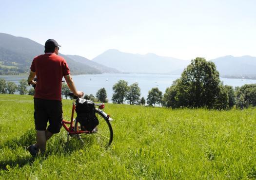 אדם רוכב בדשא, טיול אופניים באגמי מינכן