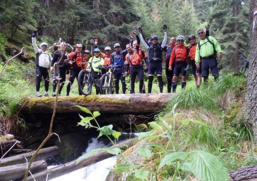 קבוצת רוכבים מעל נהר