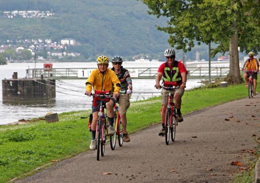 רוכבי אופניים לאורך נהר המוזל