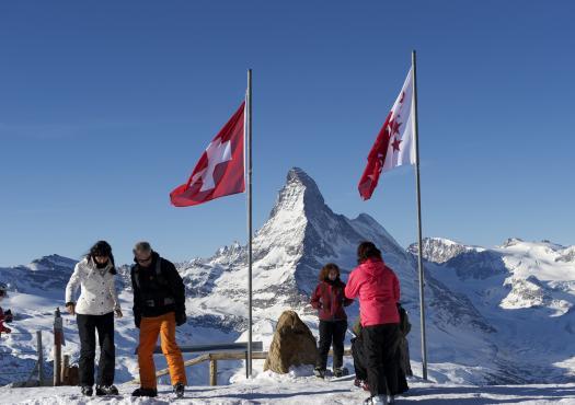 סקי בפסגות המושלגות בזרמאט