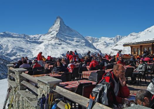 צופים אל פסגת המטרהורן באתר הסקי זרמאט