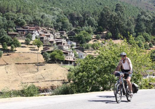 רוכב אופניים בפורטוגל על רקע כפרי